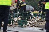Wypadek w Żorach: Setki litrów piwa na drodze. Obwodnica Żor zablokowana. Tir stracił ładunek z naczepy. Wszystko się potrzaskało