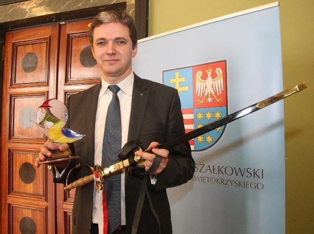 Marszałek województwa Adam Jarubas podarował na XX Finał piękną szablę i świętokrzyską czarownicę na witrażu.
