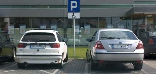 Od soboty takie parkowanie na miejscu dla osoby niepełnosprawnej może kosztować kierowcę nie tylko 500 złotych mandatu. Zapłaci także za odholowanie samochodu na policyjny parking.