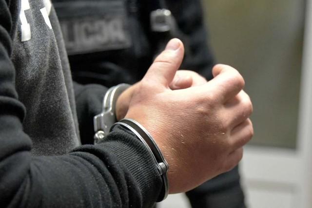 Oskarżony oczekuje na proces w areszcie