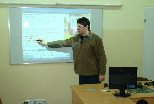 Elektroniczna tablica w Zespole Szkół w Łukawicy, którą złożył nauczyciel informatyki Andrzej Gmiterek (na fot) wykorzystywana jest głównie do nauki języka angielskiego.