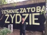 """Tykocin. """"Tęsknię za Tobą, Żydzie"""" na ogrodzeniu żydowskiego cmentarza. Performer, który namalował hasło, uniewinniony przez sąd"""