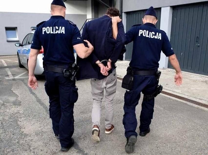 Praca policjanta potrafi zaskakiwać. Funkcjonariusze na co dzień nie tylko dbają o bezpieczeństwo i pilnują porządku na terenie lubuskich miast. Czasem mają do czynienia z naprawdę niecodziennymi sytuacjami. Bywa, że policjantom zdarza się tropić węża, szukać przestępcy w szafce kuchennej, albo... ścigać konie, które uciekły właścicielowi. Takich przykładów jest więcej!W tym materiale znajdziesz najbardziej nietypowe interwencji policji na terenie lubuskich miast w ostatnich latach. Opisy i zdjęcia z konkretnych sytuacji znajdziesz na kolejnych slajdach tej galerii. Zapraszamy do oglądania!Polecamy wideo:  Koronawirus w Polsce. Policjanci sprawdzają, czy ludzie przestrzegają zasad kwarantanny