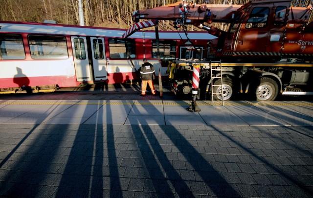 Wykolejony tramwaj przy przystanku Brętowo PKM