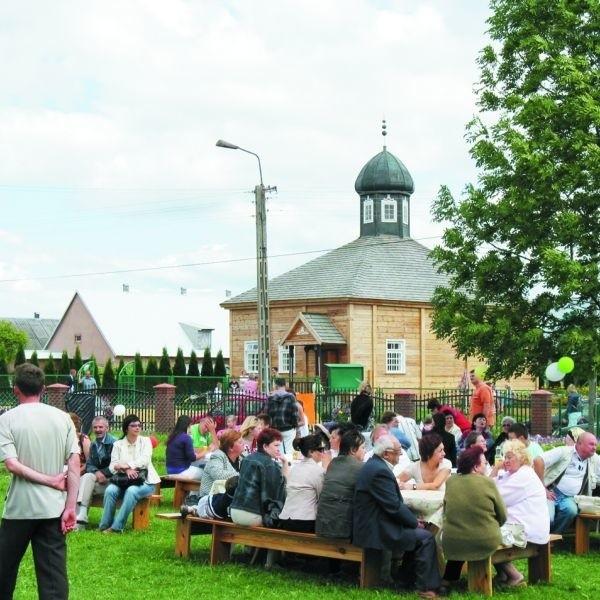 W pobliżu bohonickiego meczetu ustawiono stoły, przy których każdy mógł zjeść tatarskie jadło