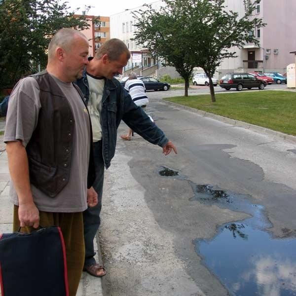 Zbulwersowani mieszkańcy uważają, że zarząd spółdzielni ich lekceważy. - Ta droga, choć tak bardzo uczęszczana, jest tego dowodem - mówi pan Jurek (pierwszy z prawej).