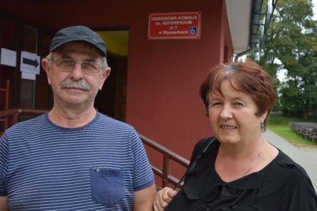 Członek komitetu referendalnego Edward Kowalów z żoną Bernardettą przed lokalem wyborczym.