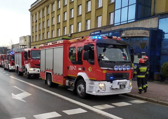 Dwieście osób ewakuowano z Urzędu Miasta w Częstochowie. Straż Pożarna sprawdza pomieszczenia