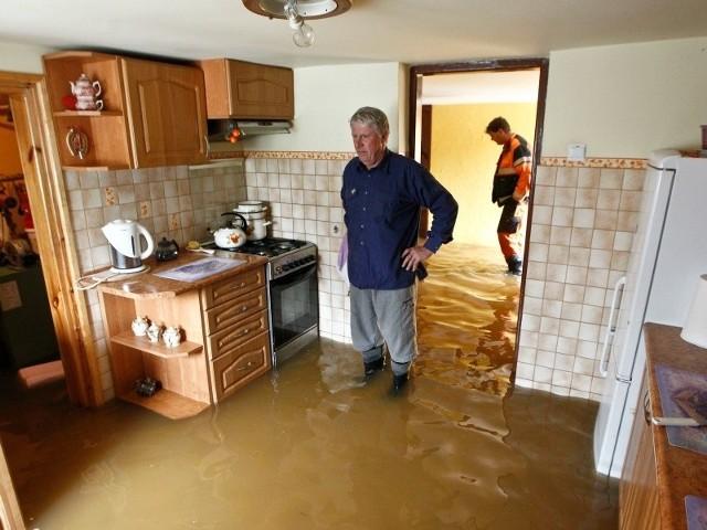 - Po ostatniej powodzi, wzdłuż ogrodzenia wysypałem 50 wywrotek ziemi. Myślałem, że dzięki temu dramat sprzed trzech lat już się powtórzy – mówi załamany Kazimierz Kardyś.
