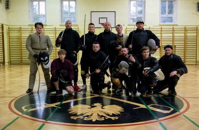 Stowarzyszenie Szermierka Kielce trenuje przed sobotnią galą. Treningi drużyny odbywają się w hali sportowej w Zespole Szkół Mechanicznych w Kielcach.