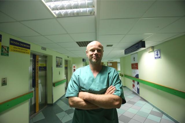 Dr Adam Maciejewski z zespołem przeprowadził pionierską na świecie rozległą transplantację narządów szyi połączoną z przeszczepieniem zmodyfikowanego szpiku u dziecka, które połknęło żrący płyn do udrażniania rur.