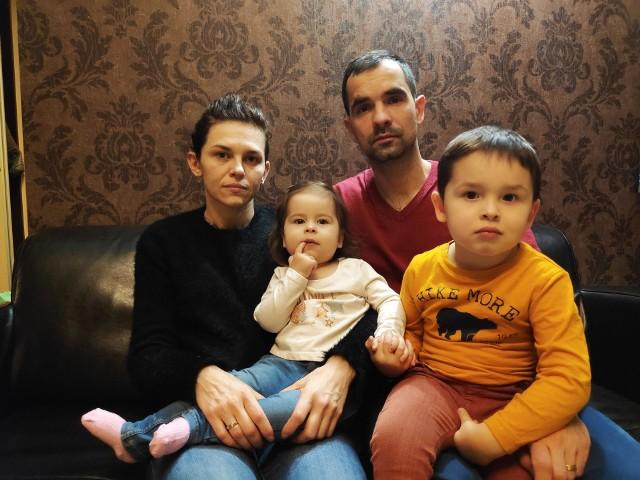 Nina z rodzicami: Jolantą i Tomaszem oraz starszym bratem Mikołajem