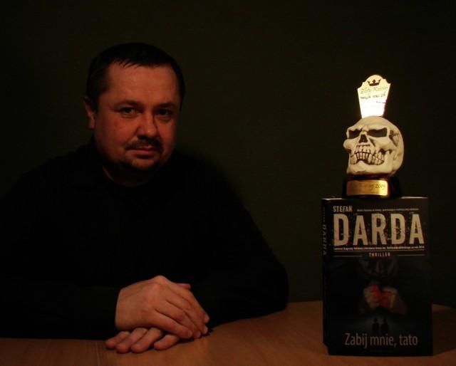 """Książka """"Zabij mnie, tato"""" Stefana Dardy  została uznana thrillerem roku 2015, a autor otrzymał statuetkę Złotego Kościeja."""