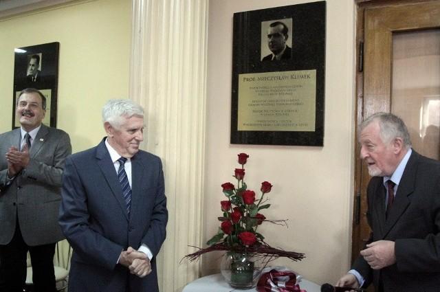 Andrzej Klimek i Józef Masajtis obok odsłoniętej tablicy
