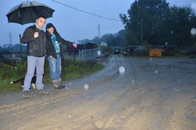 Radny Rafał Kmak (z lewej) i Marcin Potoczek (z prawej) uważają, że wójt szuka pretekstu, by nie zbudować drogi do posesji mieszkańców