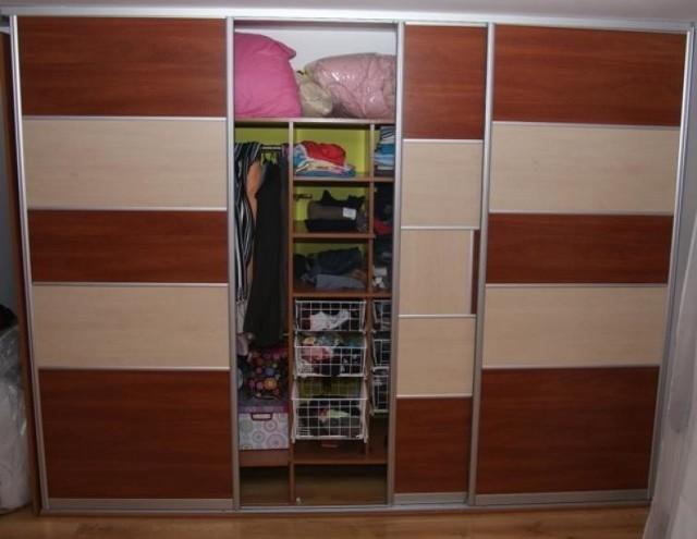 Zaletą szaf w zabudowie jest możliwość dostosowania ich do każdej przestrzeni. Nawet w malutkiej sypialni znajdzie się miejsce na zgrabnie wkomponowany mebel. Dlatego warto się pokusić o wykonanie samemu takiej szafy.