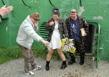 Ależ to był ślub! Panna młoda w wojskowych trepach. On ze świetlikiem na czole. Gdzie? W bunkrach MRU!