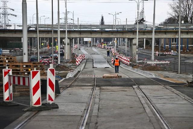 Przejazd w dwóch kierunkach, pod nowym wiaduktem kolejowym nad ulicą Długą, będzie możliwy już najprawdopodobniej na początku kwietnia.