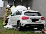 Groźna kolizja w Lubczynie. Mercedes po kolizji stanął w płomieniach. Z pomocą przyszli strażacy