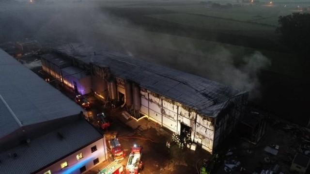 W czwartek rano w Białym Dworze pod Krotoszynem wybuchł pożar. Ogień zajął jedną z hal tamtejszego zakładu produkcyjnego.Zobacz więcej zdjęć ---->