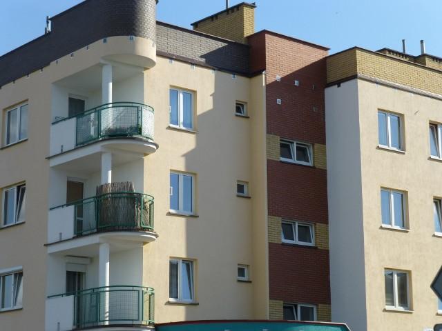 MieszkaniaOprocentowanie kredytu mieszkaniowego jest zmienne. Składa się ono z dwóch elementów: stałej marży oraz zmiennej stopy bazowej. W kredytach złotówkowych za zmienną stopę bazową przyjmuje się Rynkową Stopę Referencyjną - WIBOR 3M.