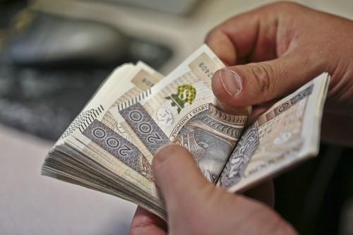 Łupem złodziejek padło ok. 8 tysięcy złotych