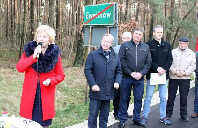 Uroczyste otwarcie kolejnego zmodernizowanego odcinka drogi w gminie Łopuszno – tym razem 1800-metrowego fragmentu biegnącego przez Ewelinów – odbyło się w czwartek, 23 listopada.