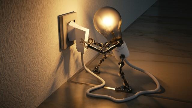 Są takie urządzenia, które pochłaniają znacznie więcej energii elektrycznej niż inne. Koszty, które generują, mogą sięgać nawet kilkuset złotych rocznie! Jednym z najczęściej popełnianych błędów jest pozostawianie nieużywanych sprzętów podpiętych do gniazdka. Wydaje nam się, że w trybie stand-by praktycznie nie pochłaniają prądu. Nic bardziej mylnego! Sprawdźcie, jakie urządzenia są najbardziej prądożerne - i, jeśli to możliwe, wyjmujcie je z gniazdka, gdy z nich nie korzystacie! ZOBACZCIE TE URZĄDZENIA na kolejnych slajdach (wraz z przykładowym zużyciem prądu) >>>