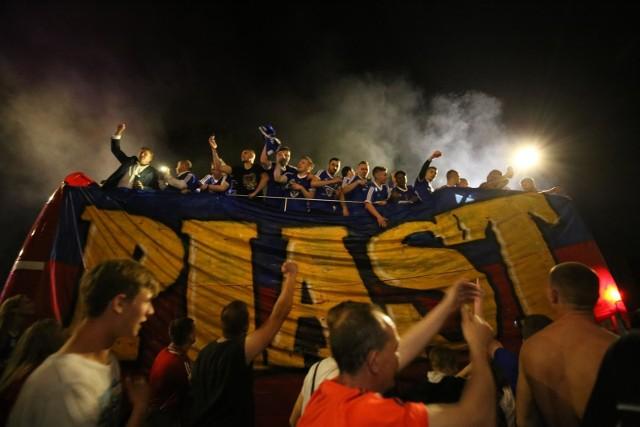 Za nami kolejny sezon Lotto Ekstraklasy. Po emocjonującej końcówce mistrzem został Piast Gliwice, odnosząc tym samym największy sukces w historii klubu. Drugie miejsce jest porażką dla Legii, która zgarnęła trzy ostatnie tytuły. Podium zamyka długo liderująca tabeli Lechia. Piłkarze tych trzech drużyn tworzą większość drużyny, którą uważamy za najlepszą jedenastkę sezonu 2018/19.