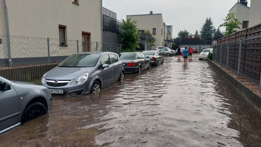 Zalana ulica Sygnałowa na Brochowie (boczna Konduktorskiej)