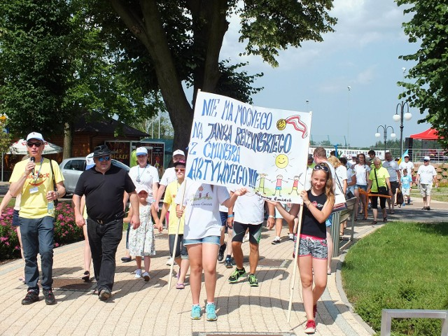 Pierwszy marsz Komitetu Obrony Dowcipu odbył się wzdłuż Alei Humoru w Wąchocku