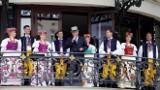 """Soliści zespołu """"Śląsk"""" zaśpiewali z balkonu Hotelu Bristol w Warszawie. Tutaj śpiewał niegdyś sam Jan Kiepura"""