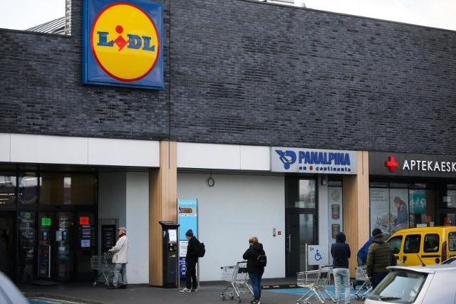 Ze względu na wzmożony ruch przed świętami wiele sklepów postanowiło zmienić godziny pracy, aby obsłużyć wszystkich klientów. Zobaczcie, jak pracują teraz popularne sieci handlowe.