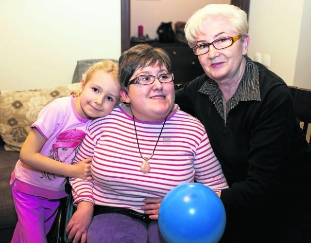 Babcia Zosia z wnuczkami starszą Anią i młodszą Sonią. Jak zawsze  w dobrej komitywie