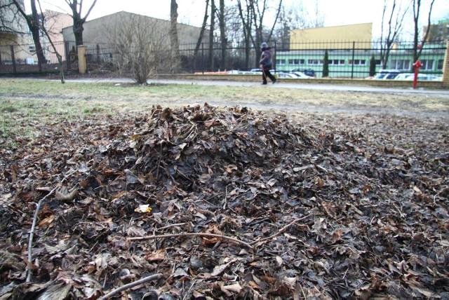 Tatary. Nasiąknięte wodą liście szpecą osiedlowe ulice