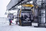 """Ferie w Beskidach. Ruszyły kolejki linowe. Spadł śnieg i turyści ruszyli na szlaki z """"jabłuszkami"""", psami, na skiturach"""