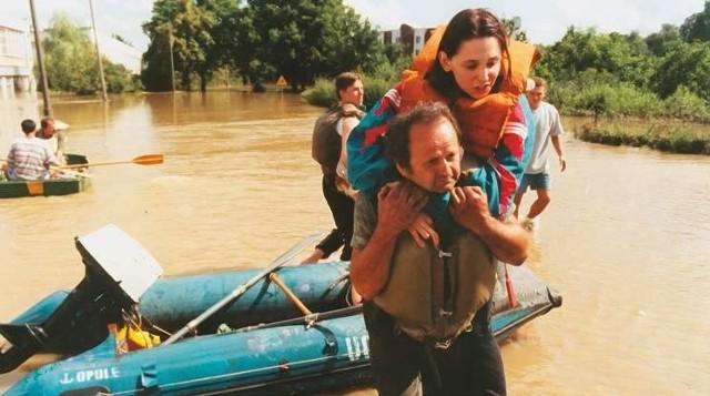 Przyczółek na moście na ul. Niemodlinskiej w Opolu był miejscem, gdzie schodzili na suchy ląd ewakuowani powodzianie.