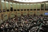 """Głosowanie na """"dwie ręce"""" i wielkie zamieszanie. Echa burzliwego głosowania w Sejmie"""