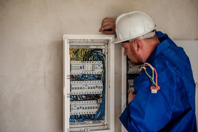 Polska Grupa Energetyczna planuje czasowe wyłączenia prądu w naszym regionie. Zobacz, gdzie, kiedy i jak długo zabraknie energii elektrycznej w naszych domach. Publikujemy tygodniowy szczegółowy wykaz miejscowości z województwa podlaskiego, w których zabraknie prądu.