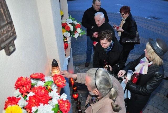 We wtorkowy wieczór obok tablicy poświęconej pamięci 96 ofiar katastrofy smoleńskiej tuż przy Kościele Matki Bożej Nieustającej Pomocy w Tarnobrzegu, mieszkańcy naszego miasta rozpalili znicze.