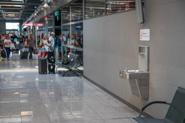 Poidełko przy wyjściu z hali przylotów, terminal C