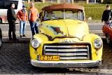 Wietrzenie klasyka, czyli prezentacja starych pięknych samochodów na parkingu przed Palmiarnią Zielonogórską