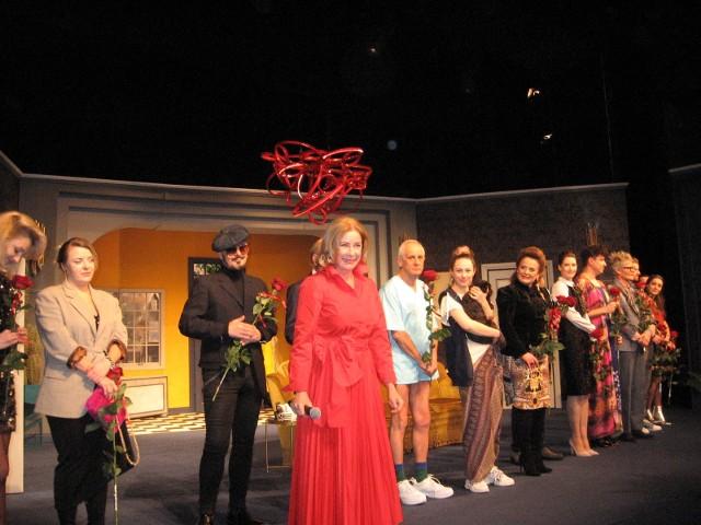 W finale spektaklu były oczywiście brawa i kwiaty, a dyrektor Małgorzata Potocka w pięknej czerwonej kreacji złożyła widzom życzenia noworoczne  zapraszając na kolejne premiery.
