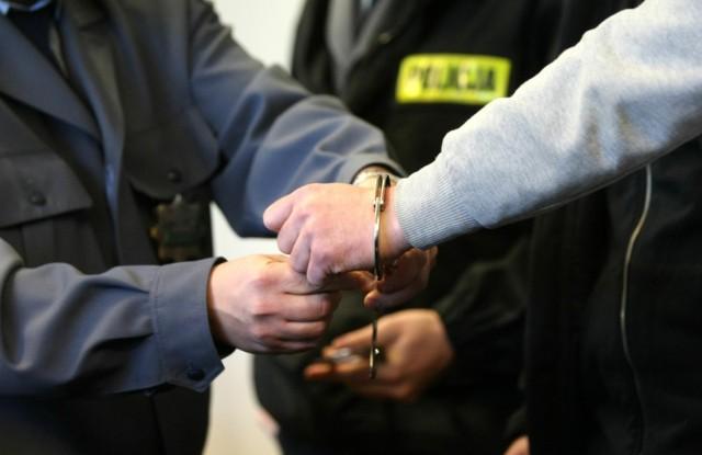 Sterroryzowali nożem lokatora mieszkania i okradli go w Grudziądzu. Trafili do tymczasowego aresztu