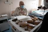 Kraków. Cukiernicy w tłusty czwartek osłodzili pobyt chorym w szpitalu