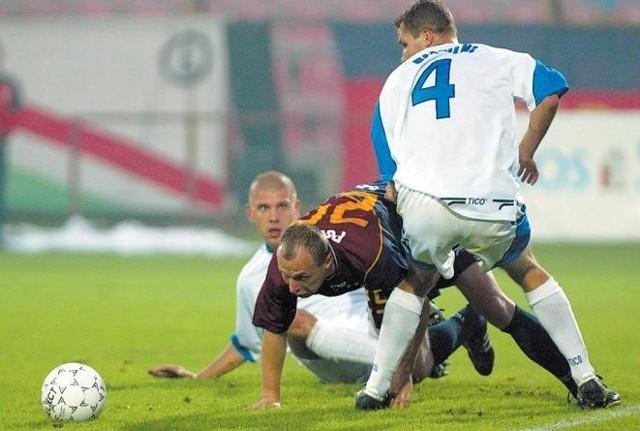 Olgierd Moskalewicz (w środku) jest jedynym zawodnikiem Pogoni Szczecin, który pamięta oba ostatnie pojedynki derbowe w I lidze.