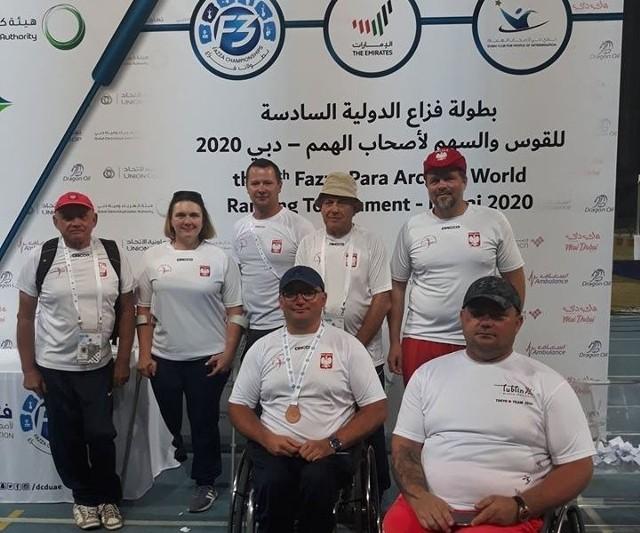 Reprezentanci Integracyjnego Centrum Sportu i Rehabilitacji Start Lublin: Piotr Sawicki (w dolnym rzędzie pierwszy z prawej) i obok niego Adam Dudka podczas tegorocznych zawodów w Dubaju