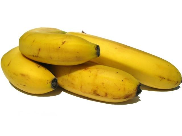 - Skórki bananów nacinamy wzdłuż i wkładamy (wciskamy) do nich po 2 kostki czekolady (do każdego banana) - wyjaśnia Anna Steńko, autorka przepisu na czekoladowe banany z rusztu.