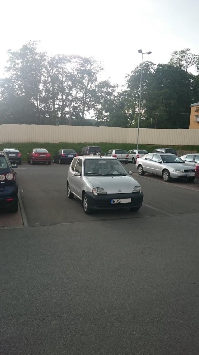 Jasło, parking supermarketu Kaufland.