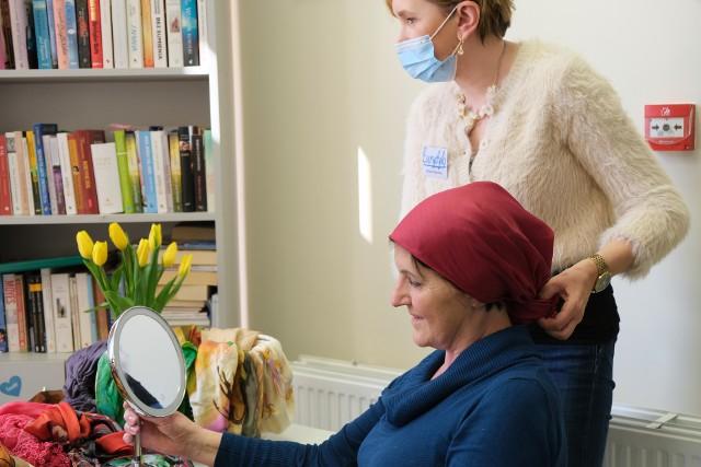 Wolontariuszki ze Stowarzyszenia Eurydyki wspierają koleżanki w trakcie leczenia onkologicznego.